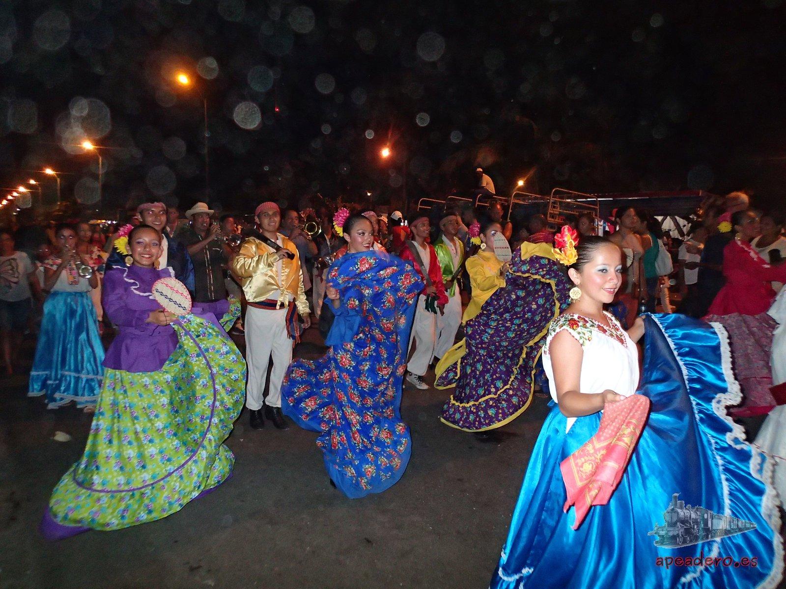 Pasacalles en Cienfuegos el día que visitamos el carnaval de La Habana y Cienfuegos