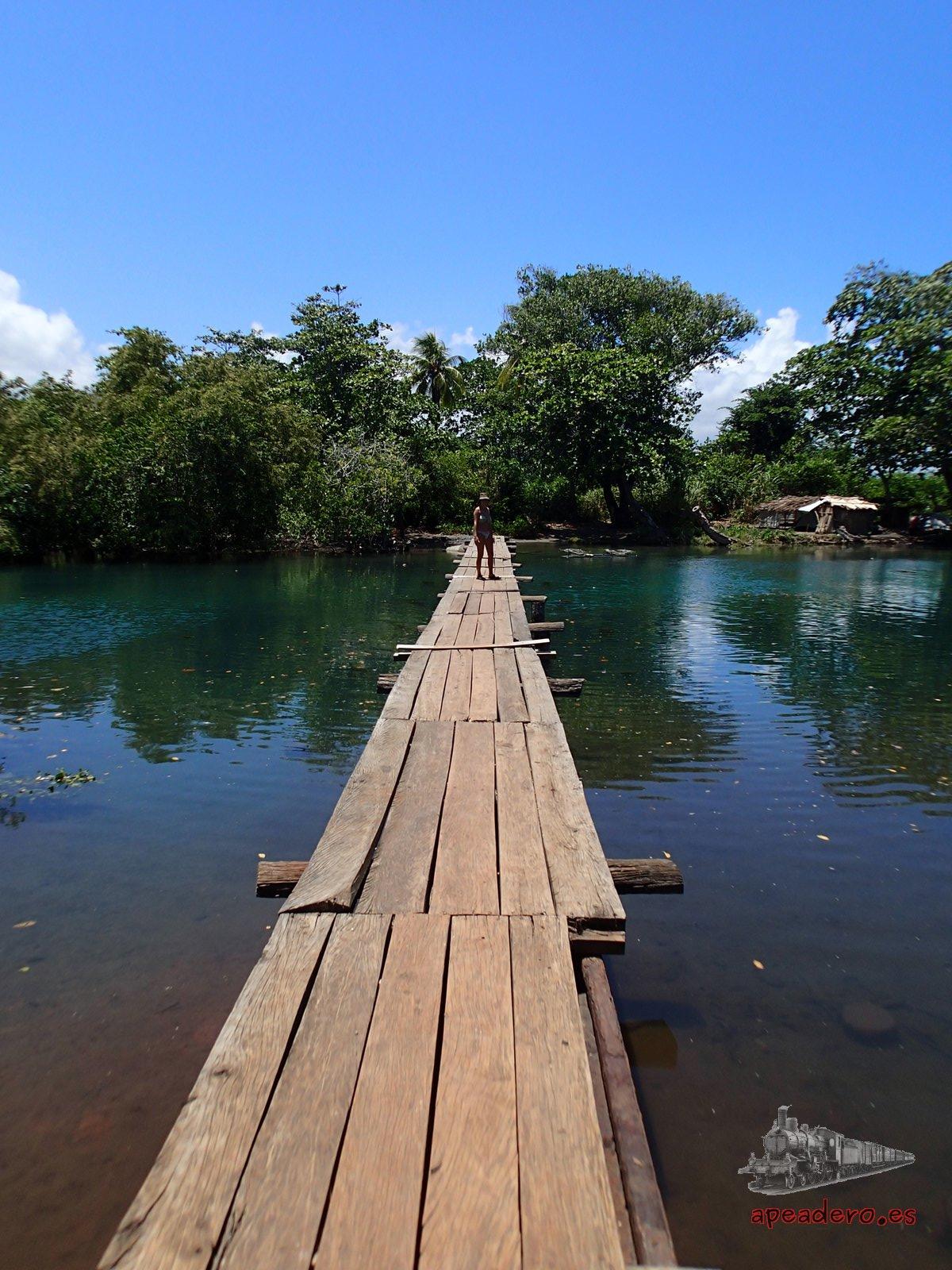 Para llegar a la playa de Duaba tienes que pasar por esta pasarela.