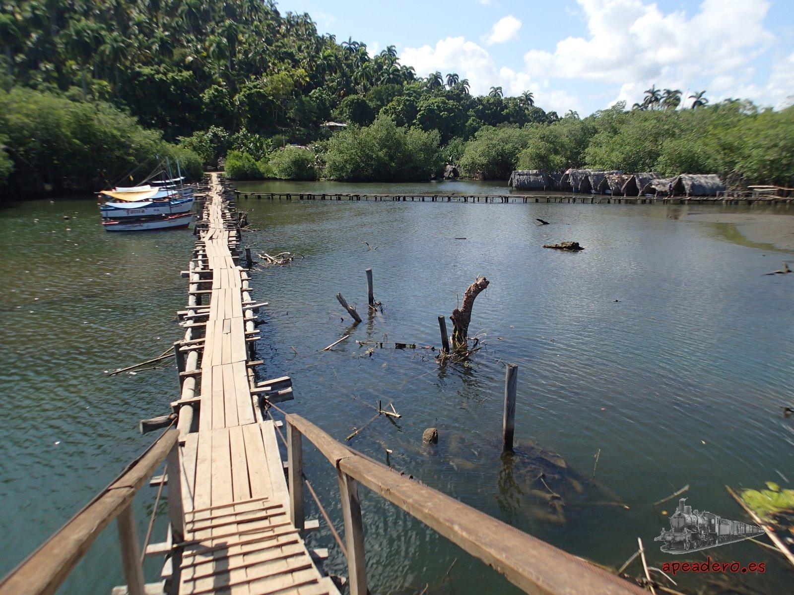 Pasear por estas pasarelas es gratis en Baracoa, luego es cuando se paga