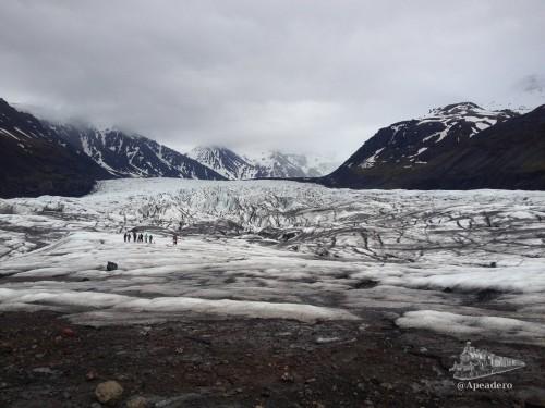 Los grupos turísticos organizados pasean por las partes más cercanas a la tierra firme del glaciar como se puede ver en la foto. Apenas se alejan y caminan por zonas sin ningún peligro. Una opción es observarlos y seguirlos (las huellas quedan bastante claras en el hielo).