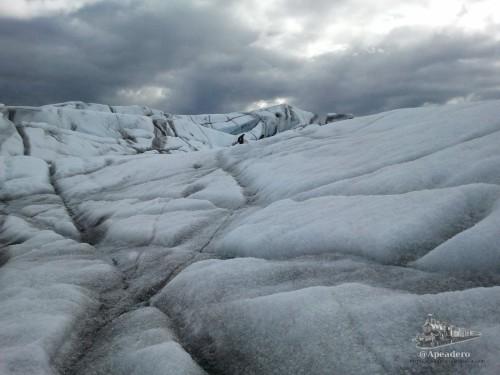 Si te fijas podrás ver a parte del grupo caminando por el glaciar. ¿Dónde está Wally?
