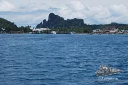 La población principal (dónde están los hoteles baratos) vistos desde el ferry.