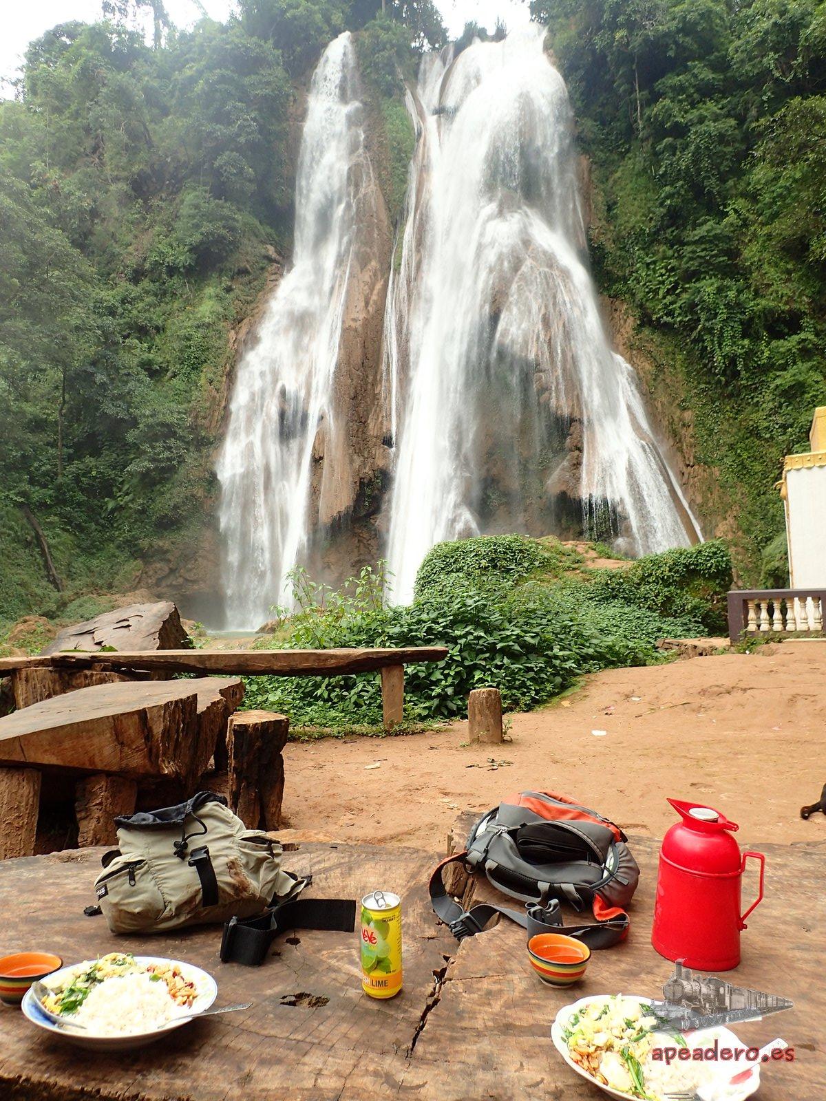 Picnic en las cascadas de Anisakan