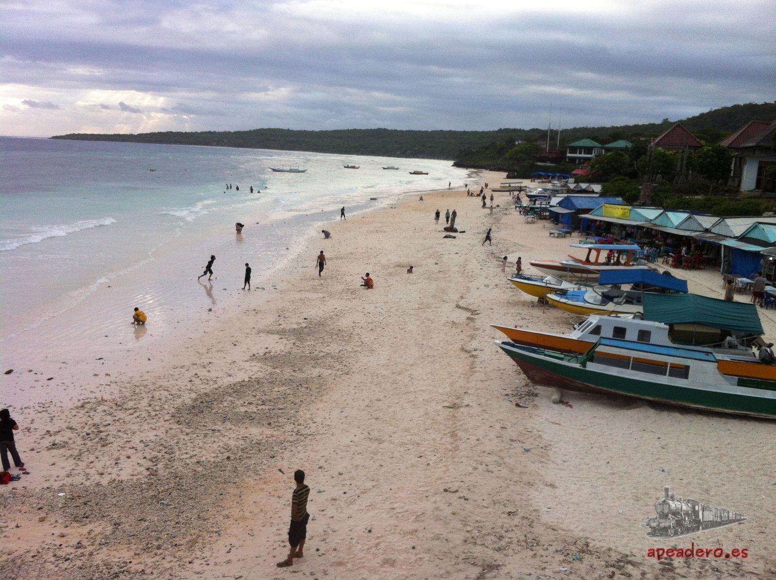 Esta es la famosa playa de Bira. Esta foto está tomada el domingo a última hora, cuando ya no queda casi nadie. Unas horas antes no cabía un alfiler en la playa.