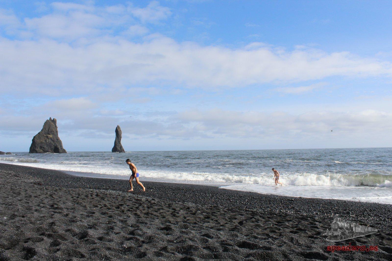 """Si bien es verdad que ese día no hubo baño caliente, estos dos valientes protagonizaron un """"a que no hay huevos"""" que los condujo a bañarse en el Océano Atlántico."""