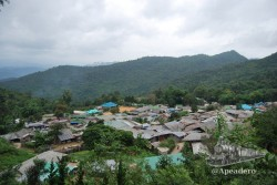 El pueblo Hmong se encuentra enclavado entre montañas junto a un río y al final de la carretera.