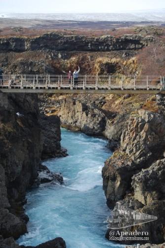 Hay un puente que permite ver las cascadas desde ambas partes.