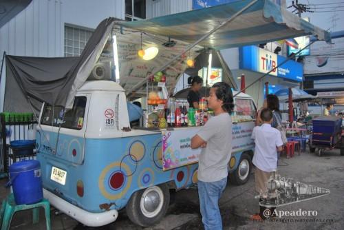 En Kanchanaburi hay multitud de puestos callejeros dónde venden comida, bebida, etc. Esto es una constante en toda Tailandia.