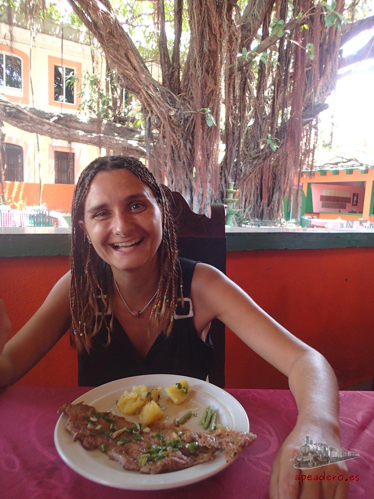Comiendo en el restaurante El Cochinilo de La Habana.