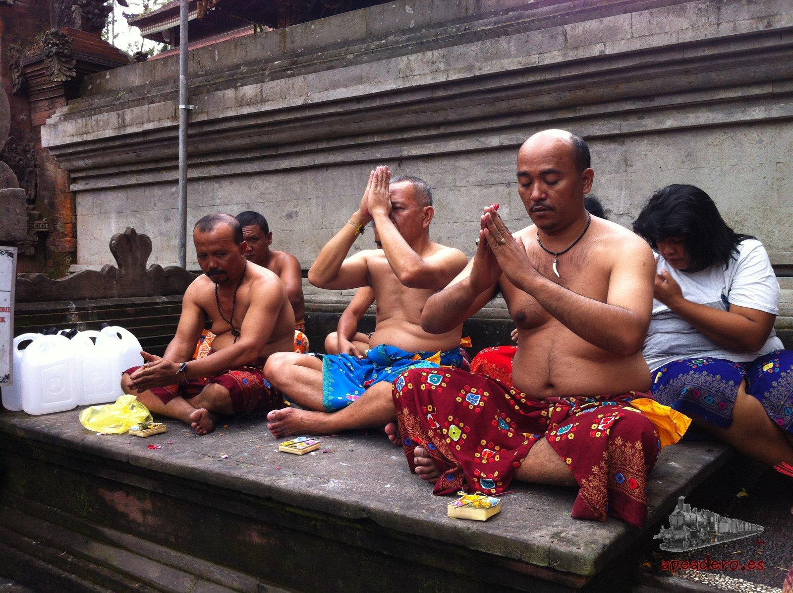 Estos señores rezaban en lugar sagrado en Bali.