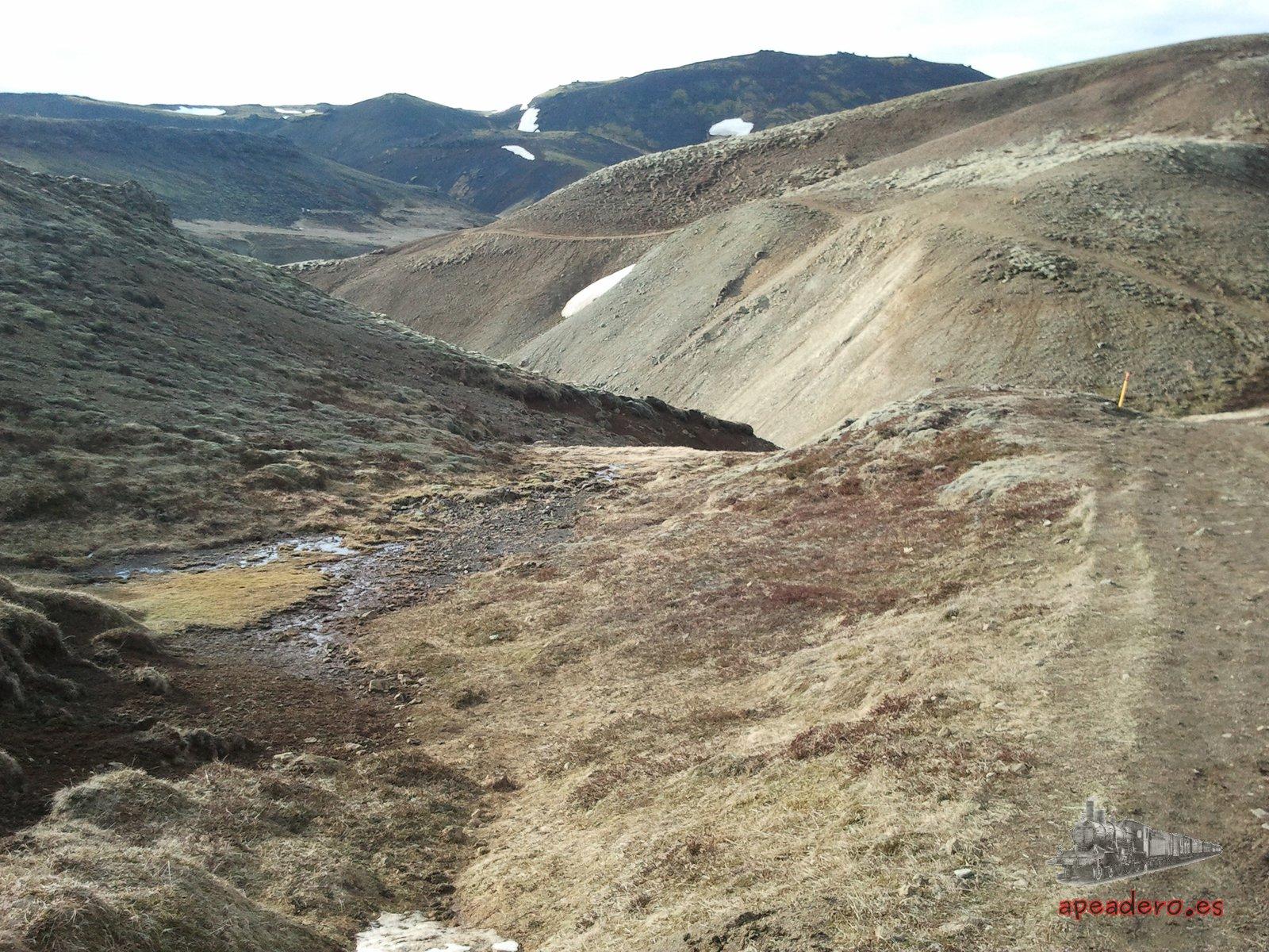 El sendero de Reykjadalur es bonito en sí mismo, primero sube una montaña para mantenerse en la parte alta de un cañón al que luego se descenderá.