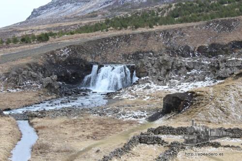 La catarata de Sjávarfoss fue nuestra primera catarata con nombre en Islandia.