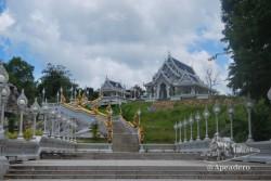 Espectacular este templo con unas escaleras que suben desde la ciudad.
