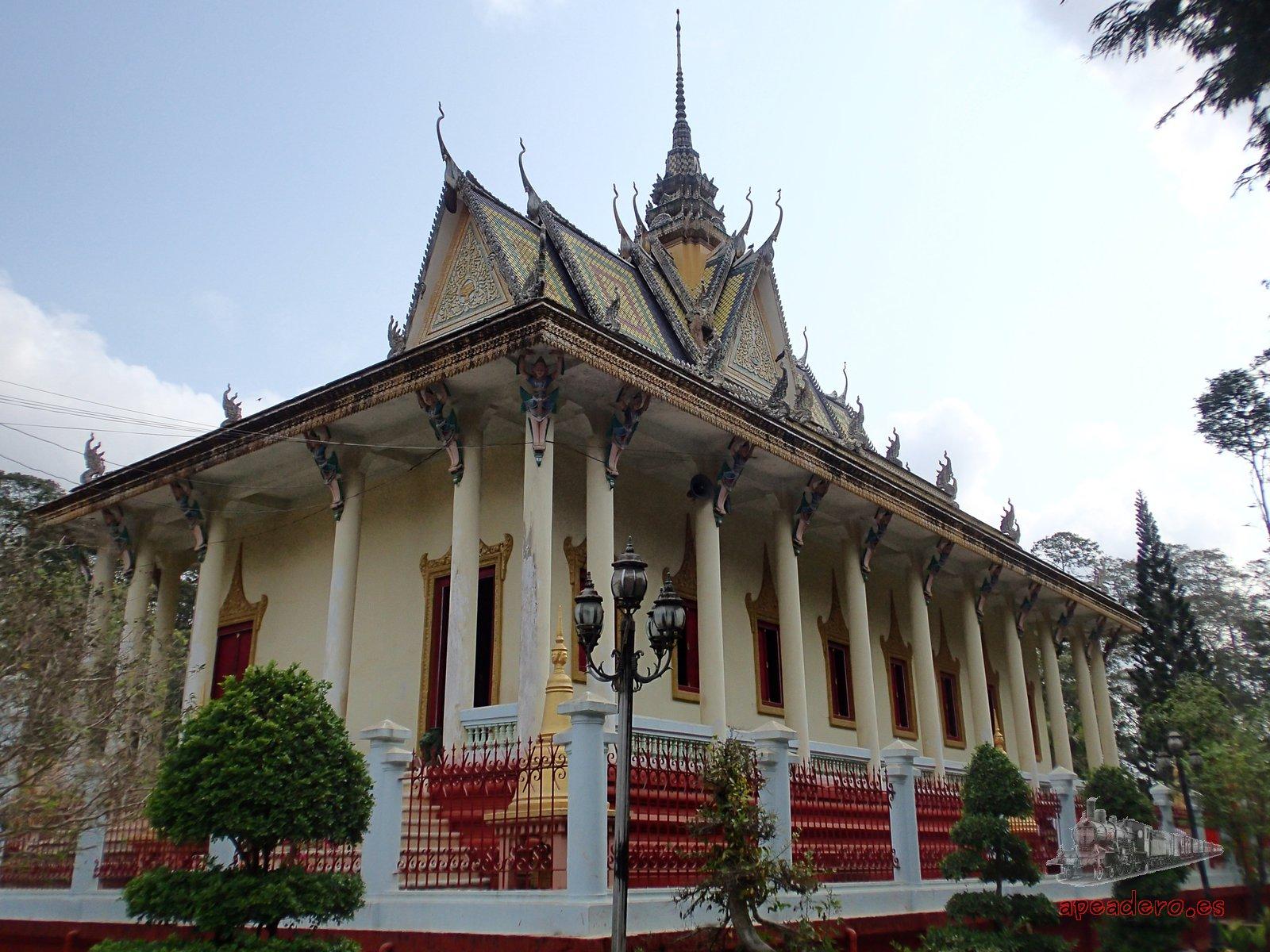 Templo en la ruta en moto por el mekong