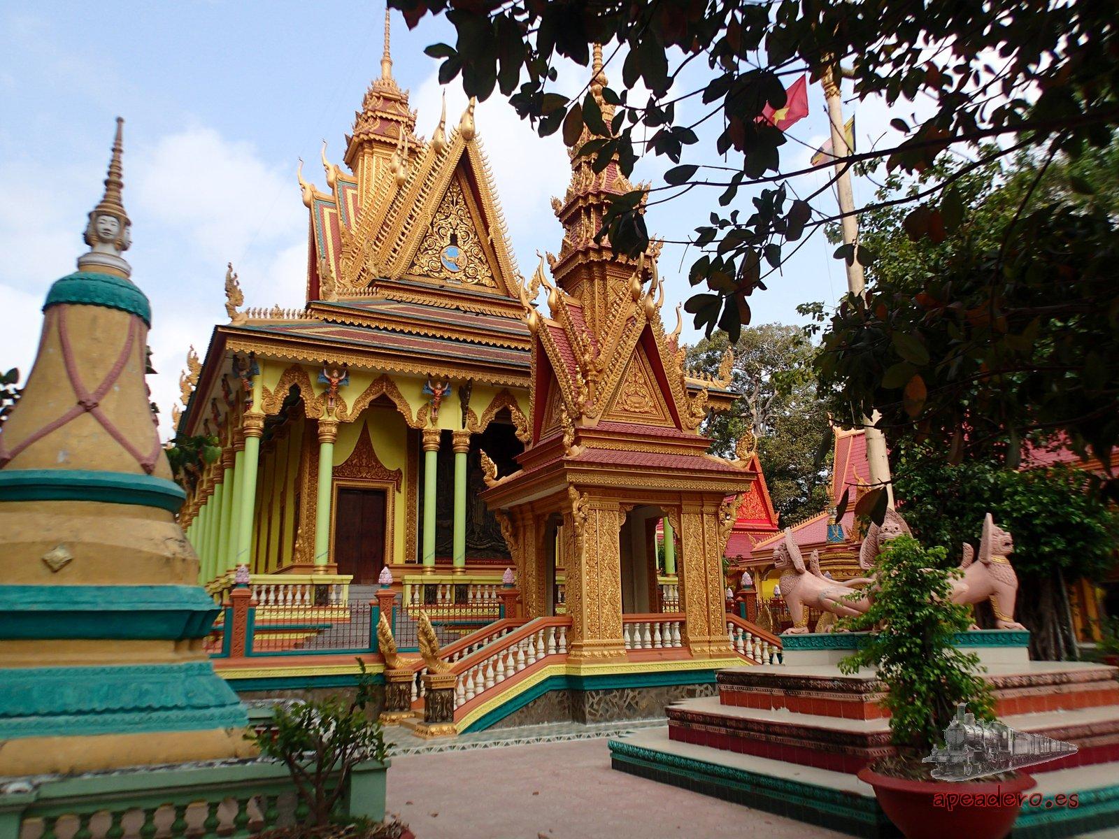 Comer en un templo durante nuestra ruta en moto por el mekong