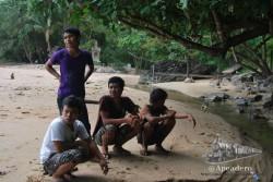 Los mismos tailandeses vienen a ver a los monos hacer sus acrobacias, nadar en el mar o en el riachuelo y, sobretodo, robarle cosas a los extranjeros.
