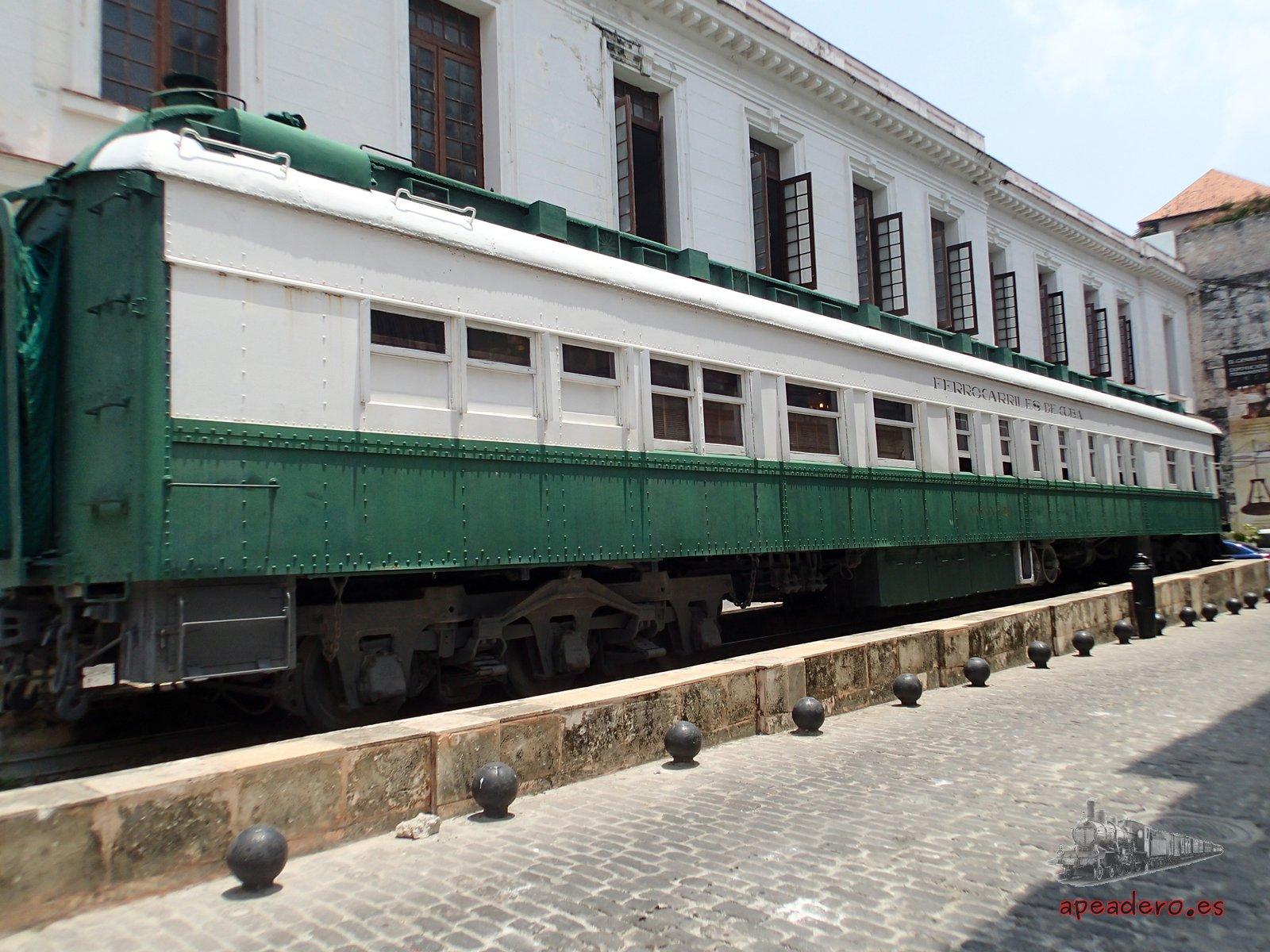 El histórico tren Hershey todavía circula entre La Habana y Matanzas, pero este vagón lo tienen expuesto en un céntrico lugar de la capital cubana.