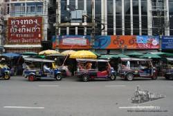 Los tuk tuks esperando clientes cerca de Khao San