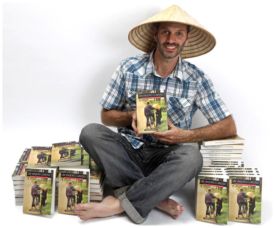 Un viajero curioso - Esteban con su libro