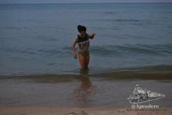 Nuria bañánose vestida en el mar.