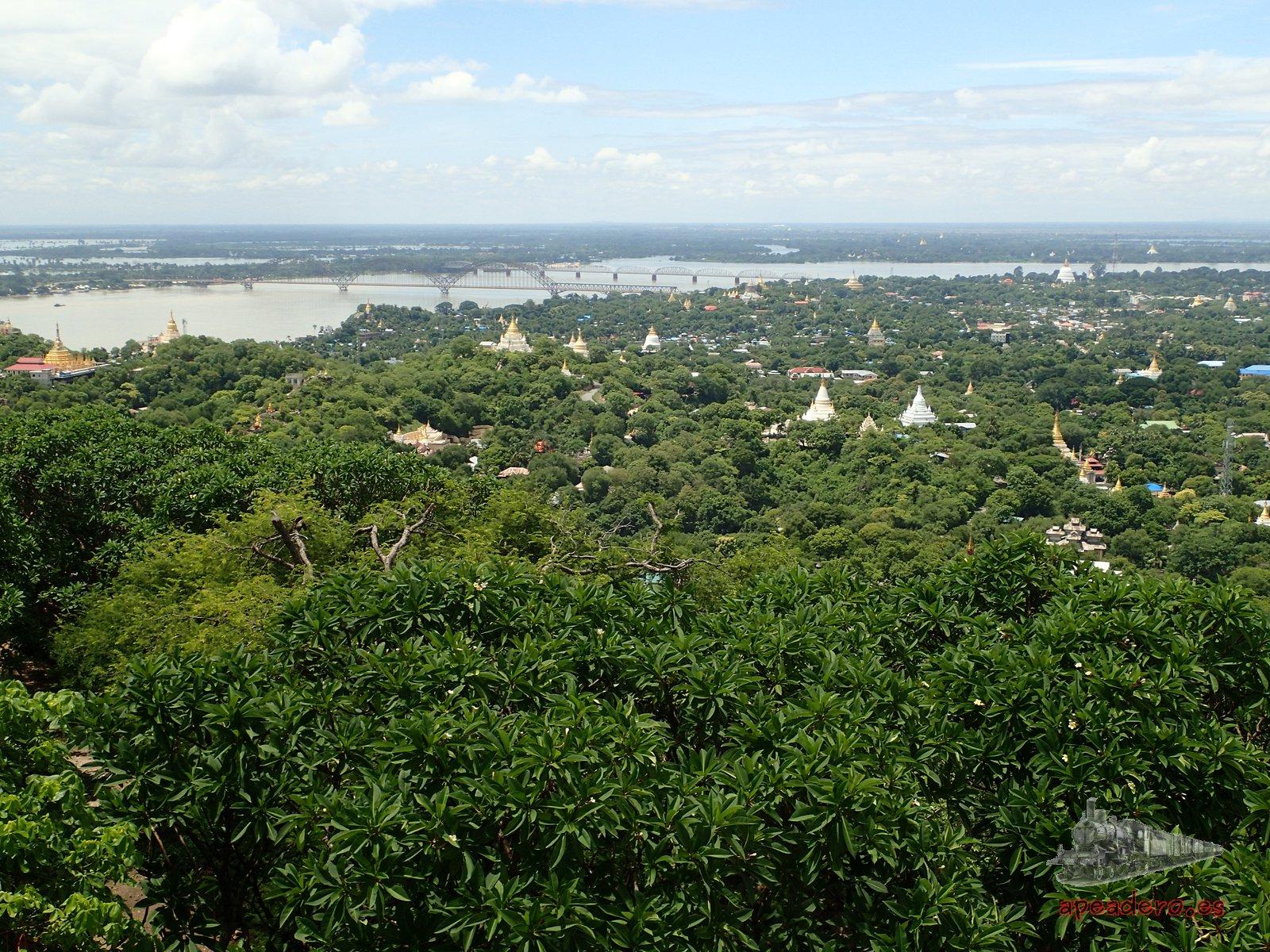 Desde lo alto de Sagaing pudimos apreciar la gran cantidad de pagodas que hay en la zona y el gran desbordamiento del río.