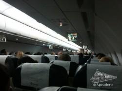 El vuelo con WOW airlines nos lo pasamos durmiendo; tuvimos suerte ya que teníamos 3 asientos para los dos a pesar de que el avión estaba casi lleno.