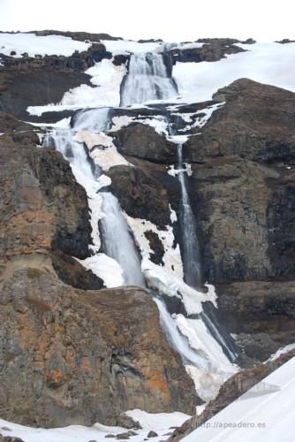 Aunque ahora en la foto parezca una catarata bastante espectacular, Ytri es una más entre tantas cataratas en Islandia y tanto es así que algunos miembros del grupo prefirieron quedarse dentro de la autocaravana.