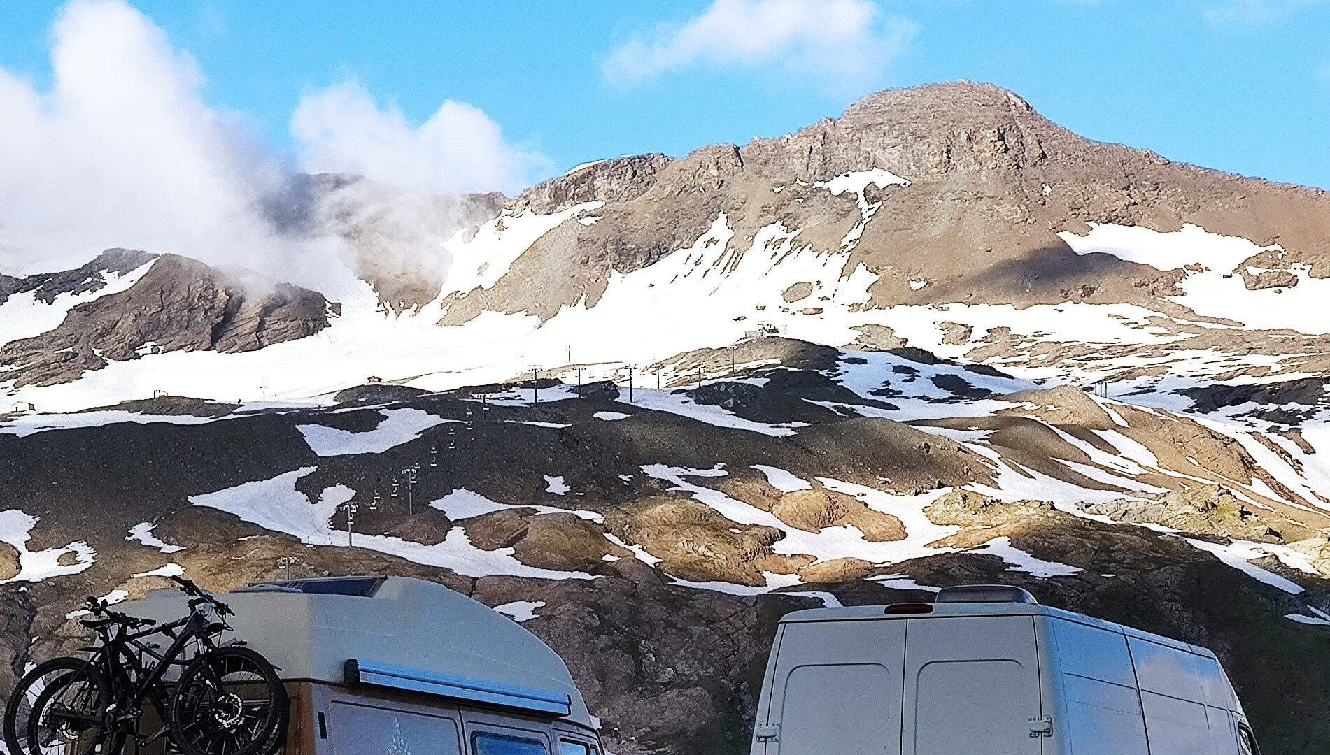 Dos furgonetas camperizadas en la montaña