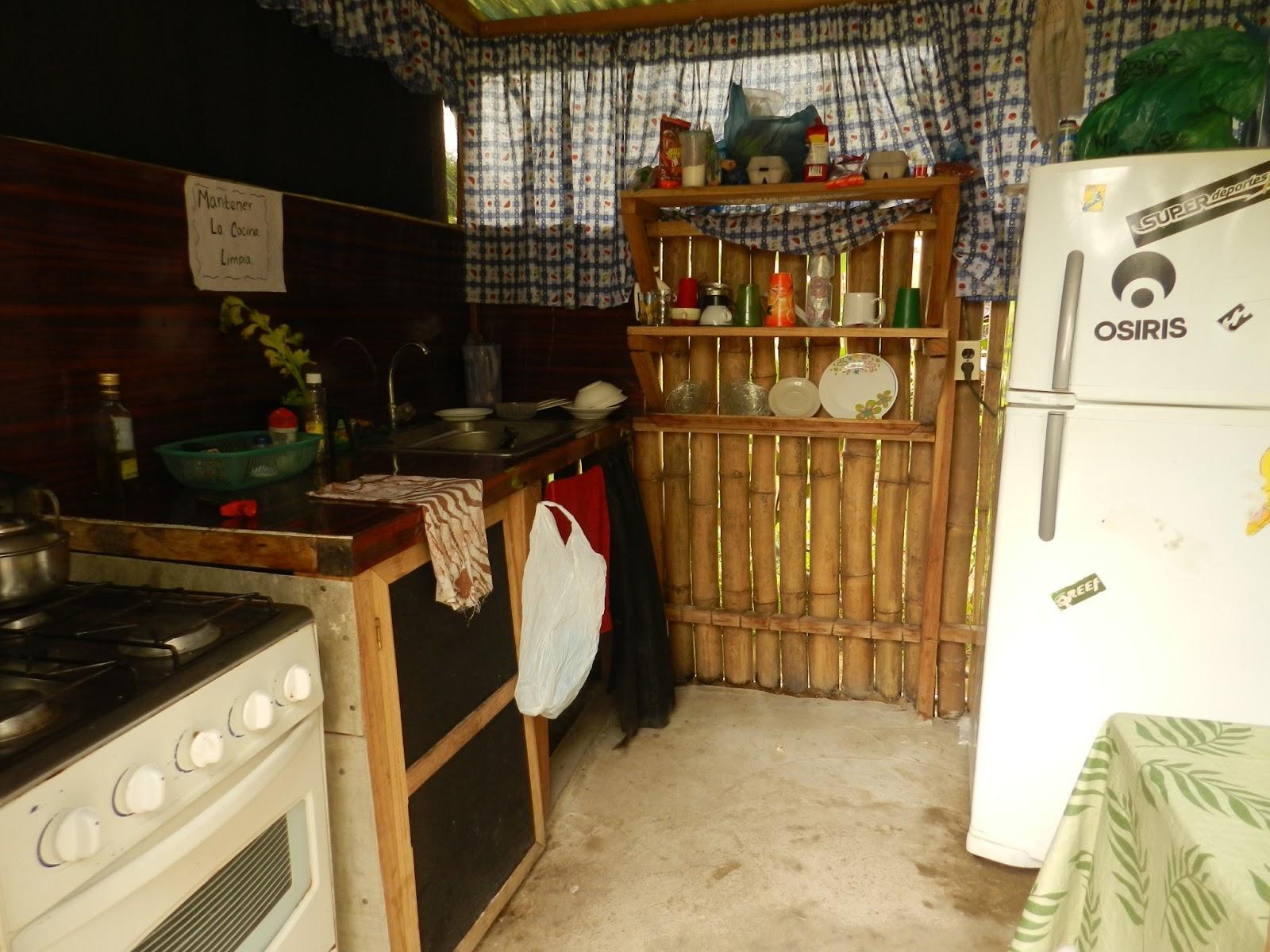 La cocina del camping está siempre limpia y es muy funcional. Tienes horno, batidora, nevera, congelador y todos los utensilios de cocina que puedas necesitar. Lo único que eché en falta fue un micro-ondas.