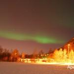Estar en un sitio apartado es importante, pero si la aurora es suficientemente fuerte se podrá ver incluso en lugares fuertemente iluminados como este: el camping de Tromso.