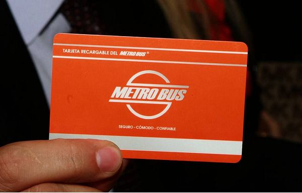 La tarjeta sirve para el metro (que tiene poquísimas paradas y ni siquiera lo usamos), para el bus y para acceder a algunos baños públicos y andenes en la estación.