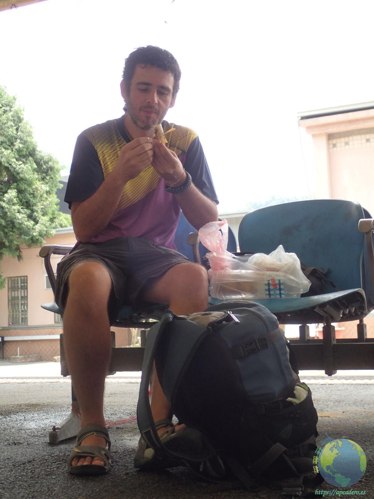 Ivan con su mochila en la vuelta al mundo