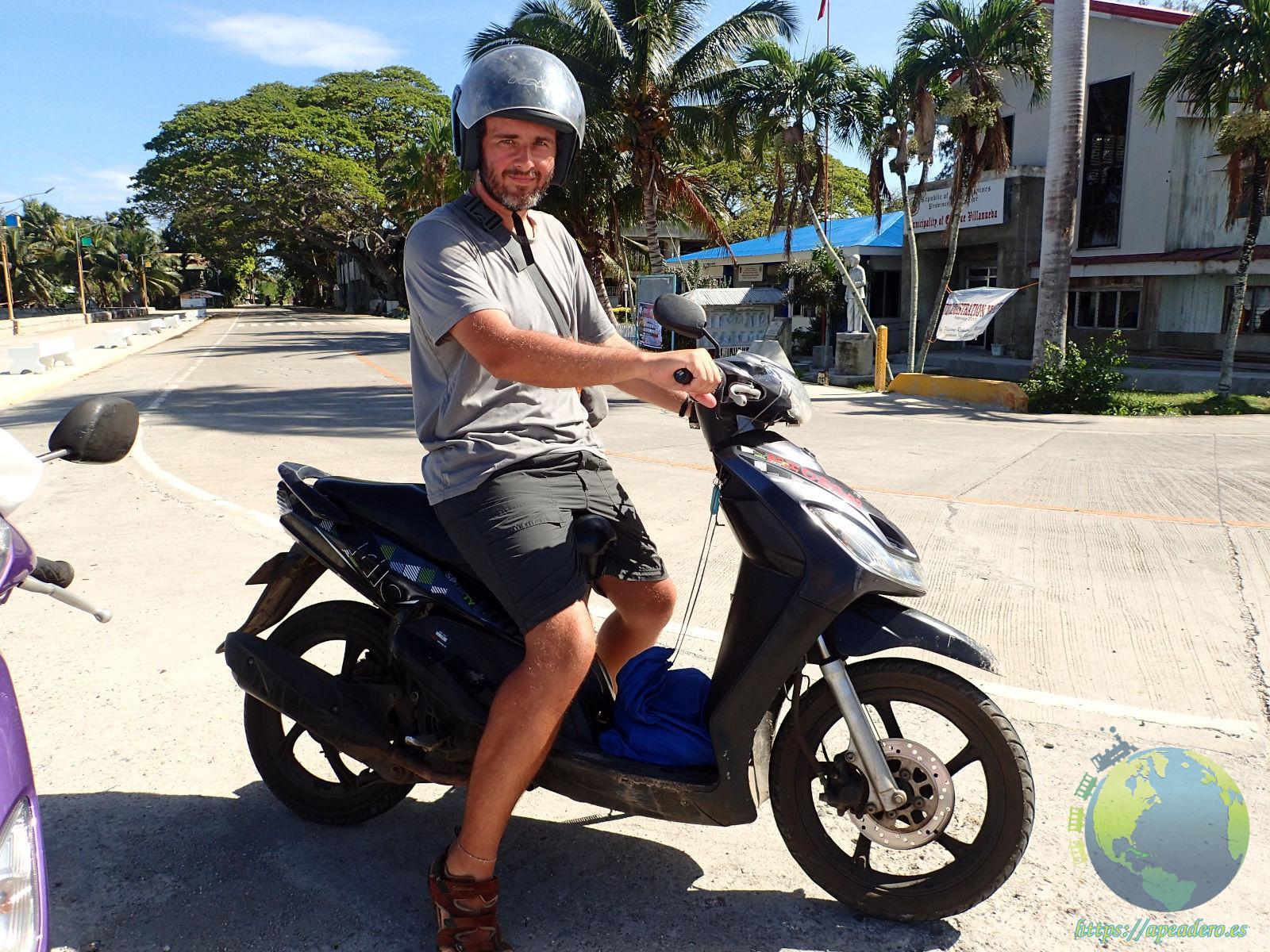 En moto en Filipinas dispuesto a hacer kilómetros.