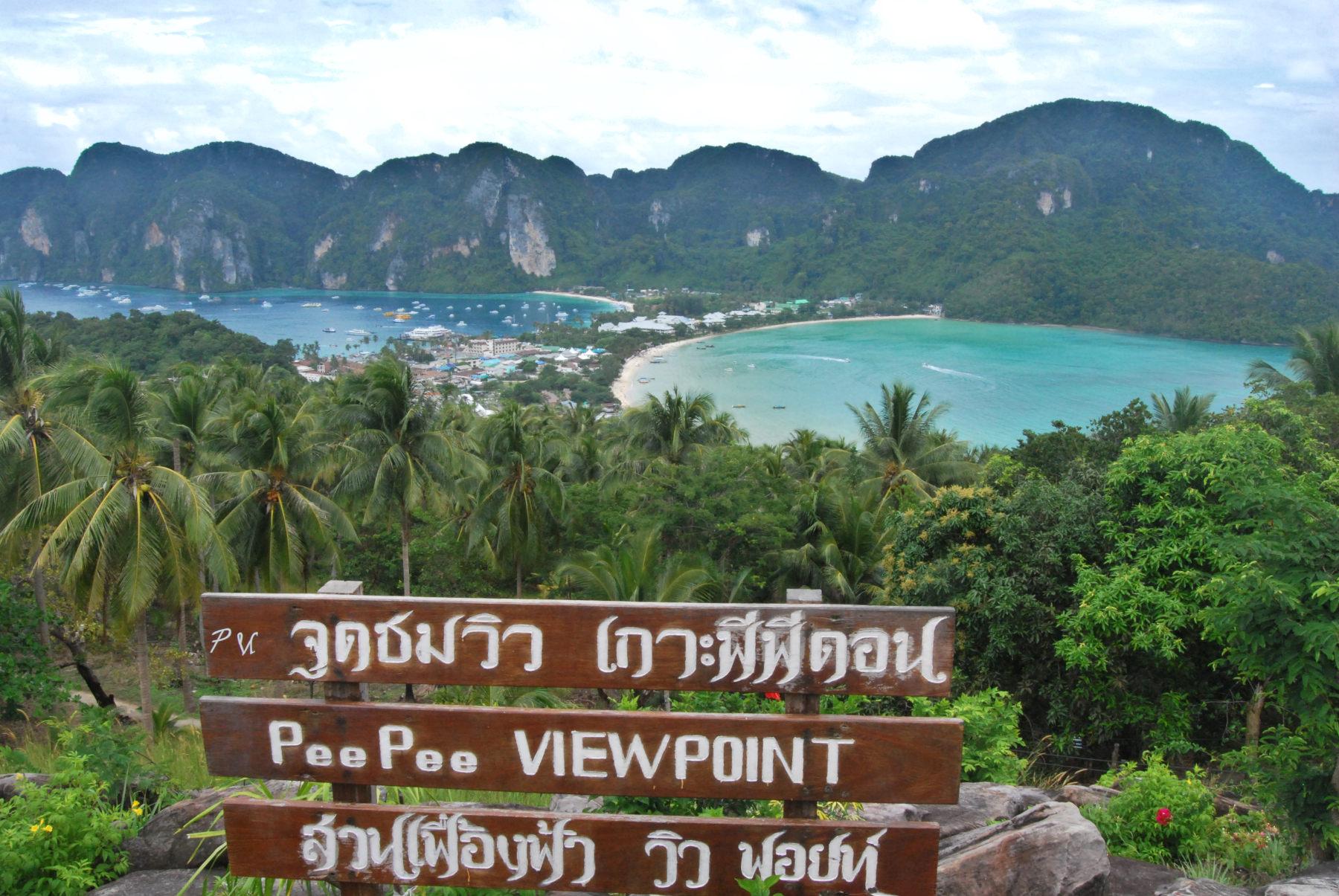 Mirador en lo alto de la isla Phi Phi, con las mejores vistas de las playas de Tailandia