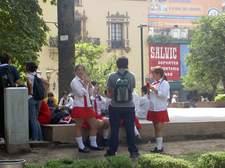 Cuando los niños salen del colegio las plazas se llenan de vida