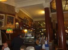 El café Tortoni siempre lleno de locales y turistas