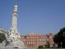 El de arriba de la estatua es Cristobal Colón