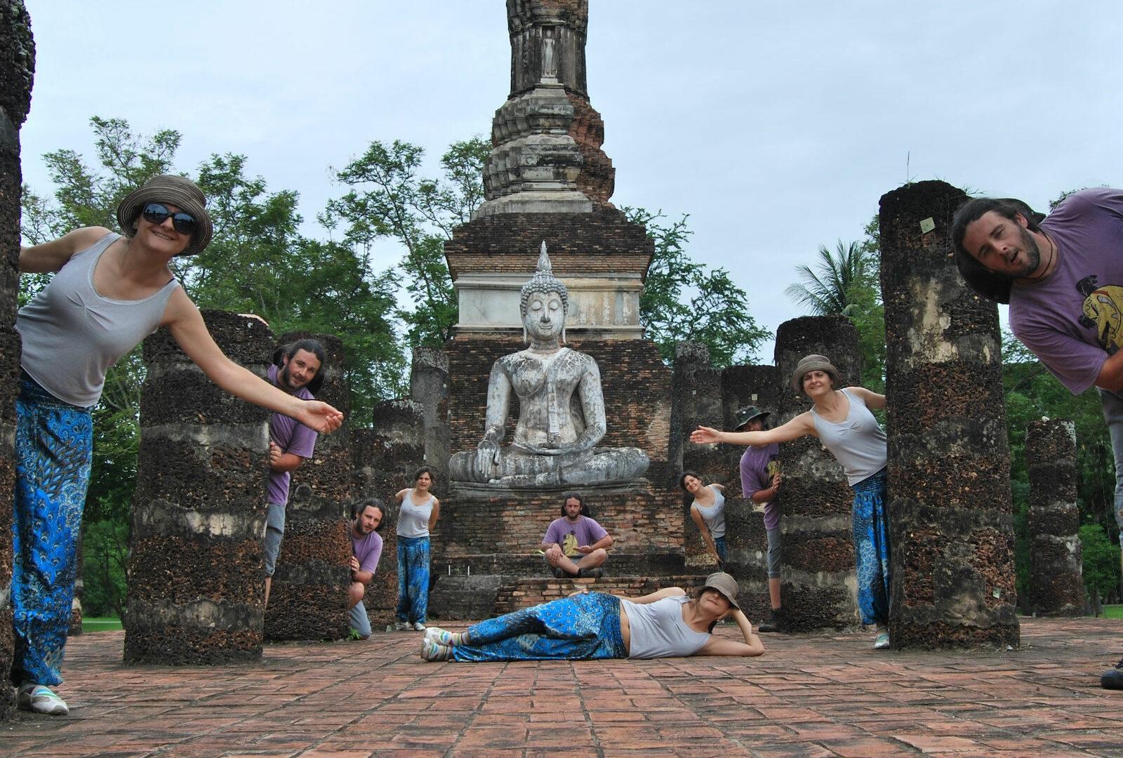 Montaje con muchos ivan y muchas nuria en un templo de Tailandia